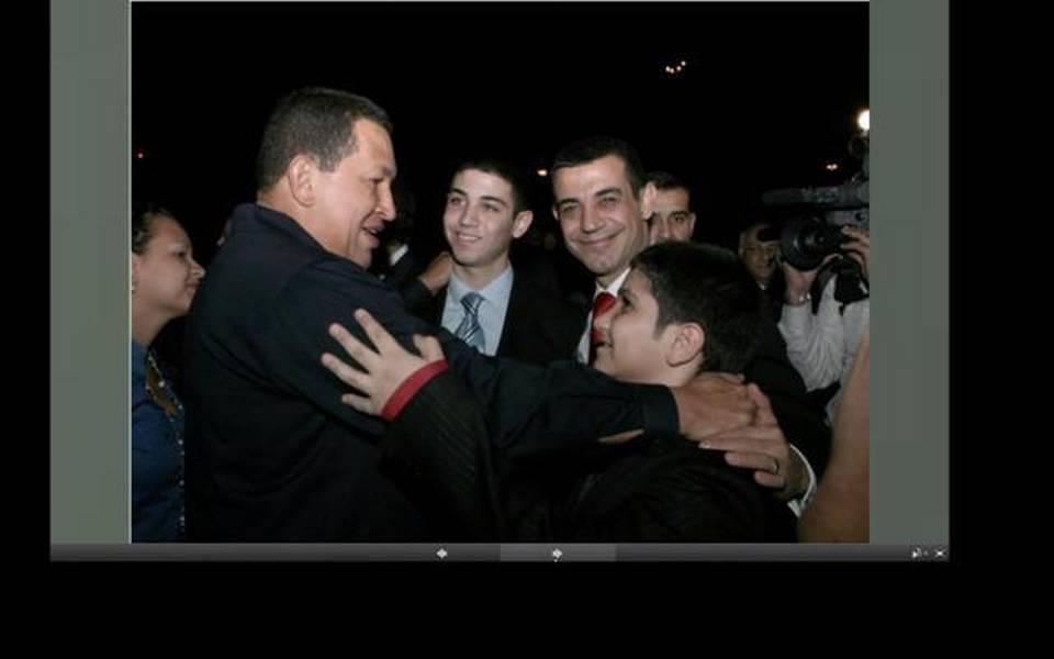Al-Din, segundo de la derecha, sonríe al lado del fallecido presidente Hugo Chávez en esta foto de una fecha no precisada.