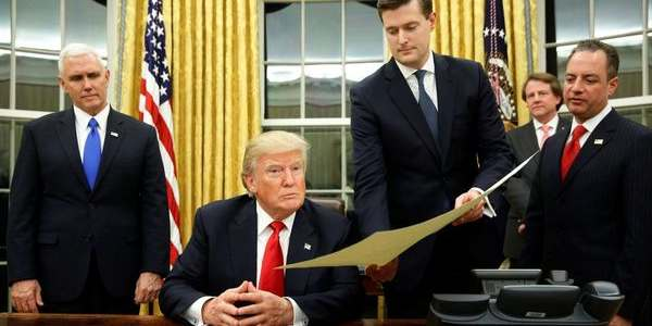 """Donald Trump Firmó Su Primera Orden Ejecutiva, """"aliviar Las Cargas Del Obamacare"""""""