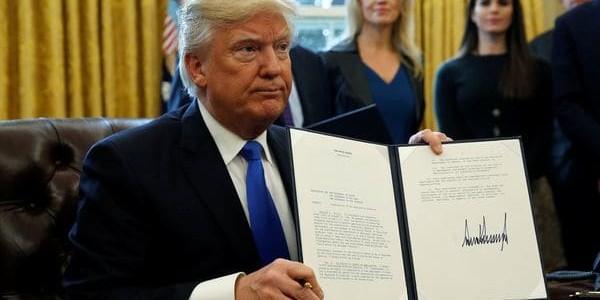 Donald Trump Firmó Una Resolución Que Condena A Los Supremacistas Blancos.