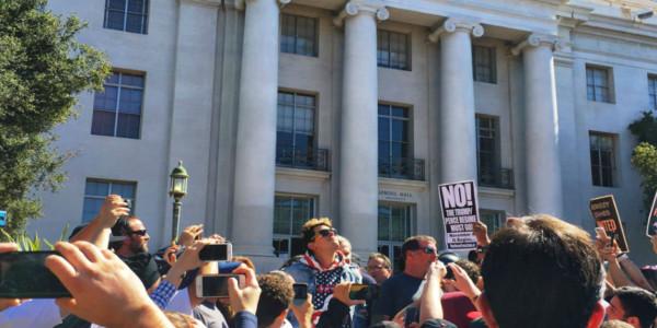 Universidad De Berkeley Cancela Semana De Libertad Expresión Por Costosa Amenaza De Manifestantes De Izquierda.