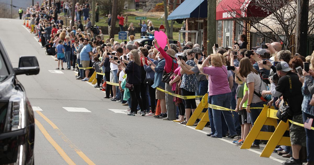 Multitudes Despiden A Billy Graham En Caravana En Su Honor.