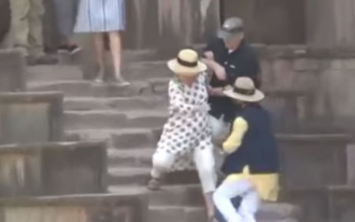 Video: Hillary Clinton Casi Se Cae De Escaleras En La India.