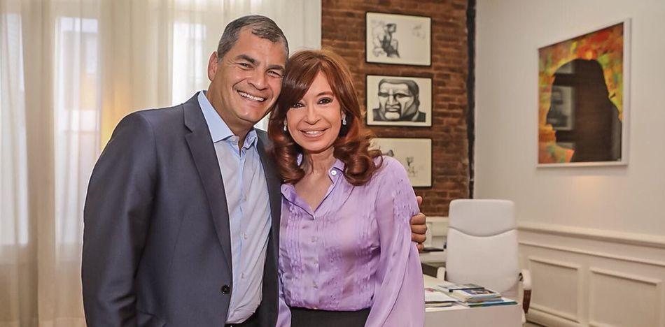 Nostalgia Y Decadencia: Cristina Y Correa Se Consuelan Mutuamente.