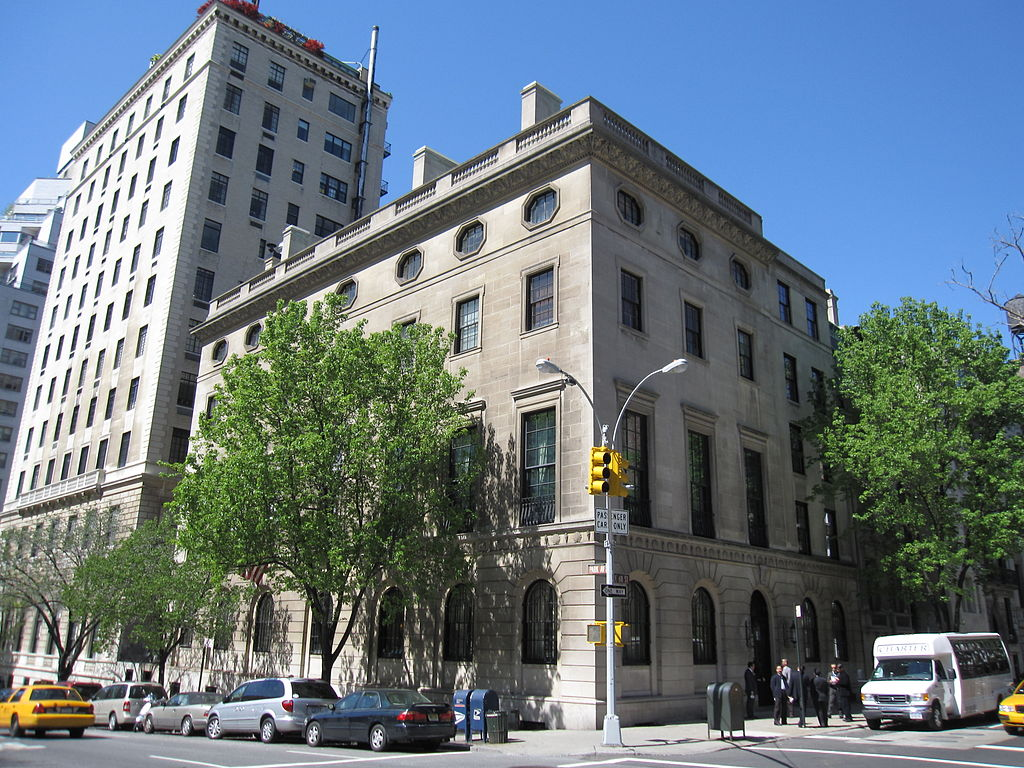 https://upload.wikimedia.org/wikipedia/commons/thumb/8/84/Harold_Pratt_House_004.JPG/1024px-Harold_Pratt_House_004.JPG
