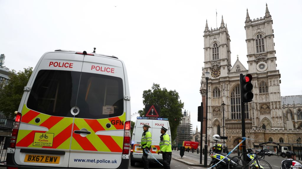 Un Detenido Por Terrorismo Tras Estrellar Su Auto Frente Al Parlamento Británico.