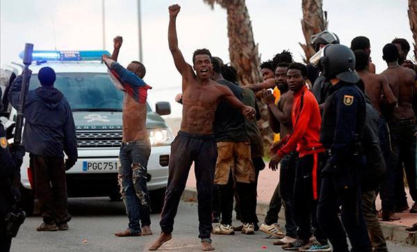 España Es El único País Del Mundo Que Premia A Los Ilegales Que Entran Salvajemente Atacando A La Policía Con ácido Y Cal Viva.