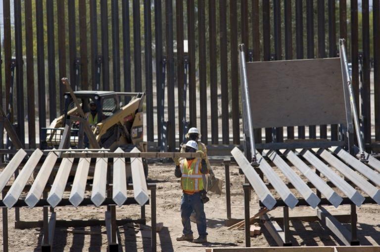 Comienzan A Sustituir Las Mallas Por Un Muro Fronterizo De Acero En Texas.