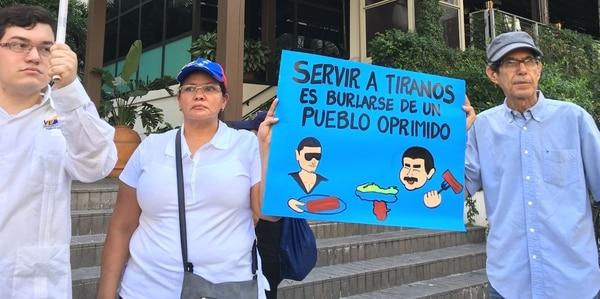 Venezolanos En Miami Protestaron Frente Al Restaurante Del Chef Que Agasajó A Maduro.