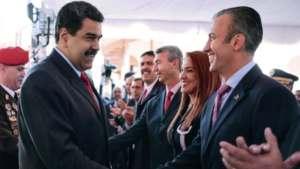 Nicolás Maduro saluda al nuevo vicepresidente Tareck El Aissami.