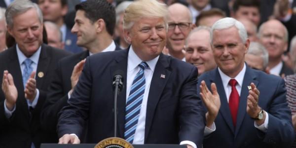Trump Celebra Nueva Ley De Salud. Socialista Sanders Y Demócratas La Critican.