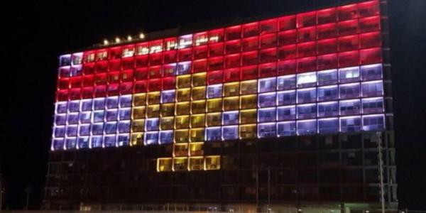 Tel Aviv Iluminado Con Bandera De Egipto Por Víctimas Cristianas Del Terrorismo Islámico.