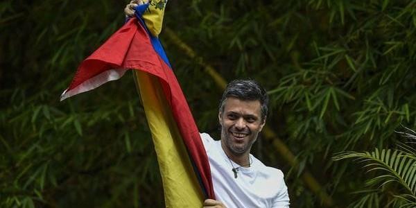 El Líder Opositor Venezolano Leopoldo López Salió De La Cárcel Y Pasó A Arresto Domiciliario.