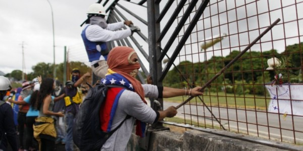 Manifestantes A Los Militares: '¿Van A Seguir Matando O Van A Respetar La Constitución?'