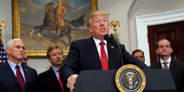 Presidente Trump Firma Orden Ejecutiva Sobre Obamacare.
