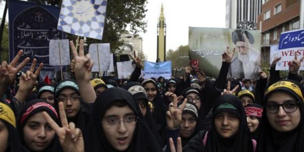 Irán Despliega Misil En Aniversario De Toma De Embajada De EE.UU.