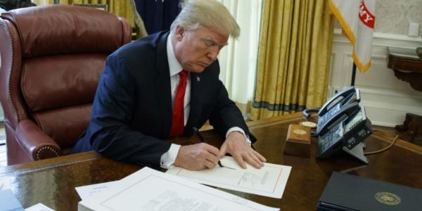 Trump Firma Medida Para Reabrir El Gobierno.