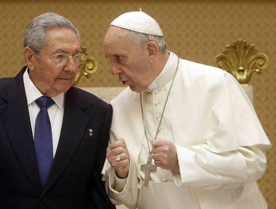 """El gobernante de Cuba, Raúl Castro, elogió este domingo al papa Francisco por """"su sabiduría y su modestia"""", aseguró que lee """"todos sus discursos"""" y dijo que """"si sigue así"""", él mismo regresará a la Iglesia Católica."""