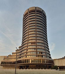 https://upload.wikimedia.org/wikipedia/commons/thumb/f/f3/Basel_-_Bank_f%C3%BCr_internationalen_Zahlungsausgleich1.jpg/220px-Basel_-_Bank_f%C3%BCr_internationalen_Zahlungsausgleich1.jpg