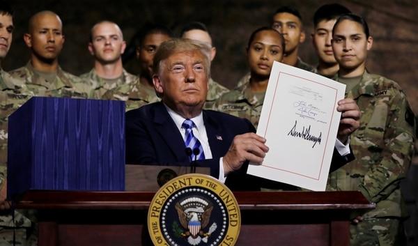 Donald Trump Firmó Un Presupuesto Récord Para El Pentágono, Con El Mayor Aumento Salarial De La última Década.