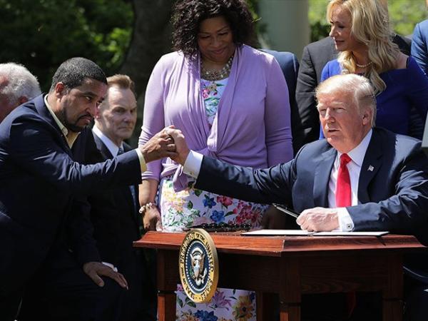 Resultado de imagen para Donald trump en reunion con pastores por  reforma carcelaria