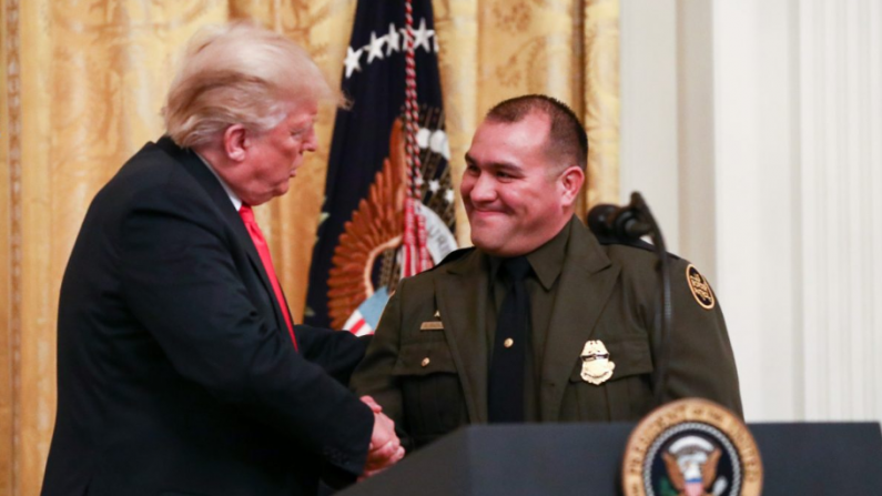 """Trump Rinde Homenaje A Agentes De Inmigración Y Patrulla Fronteriza, Critica A """"extremistas De Fronteras Abiertas"""""""