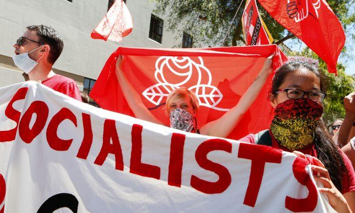 Comunistas De La Ex Alemania Oriental Entrenan Y Guían A Los Socialistas Democráticos De Estados Unidos