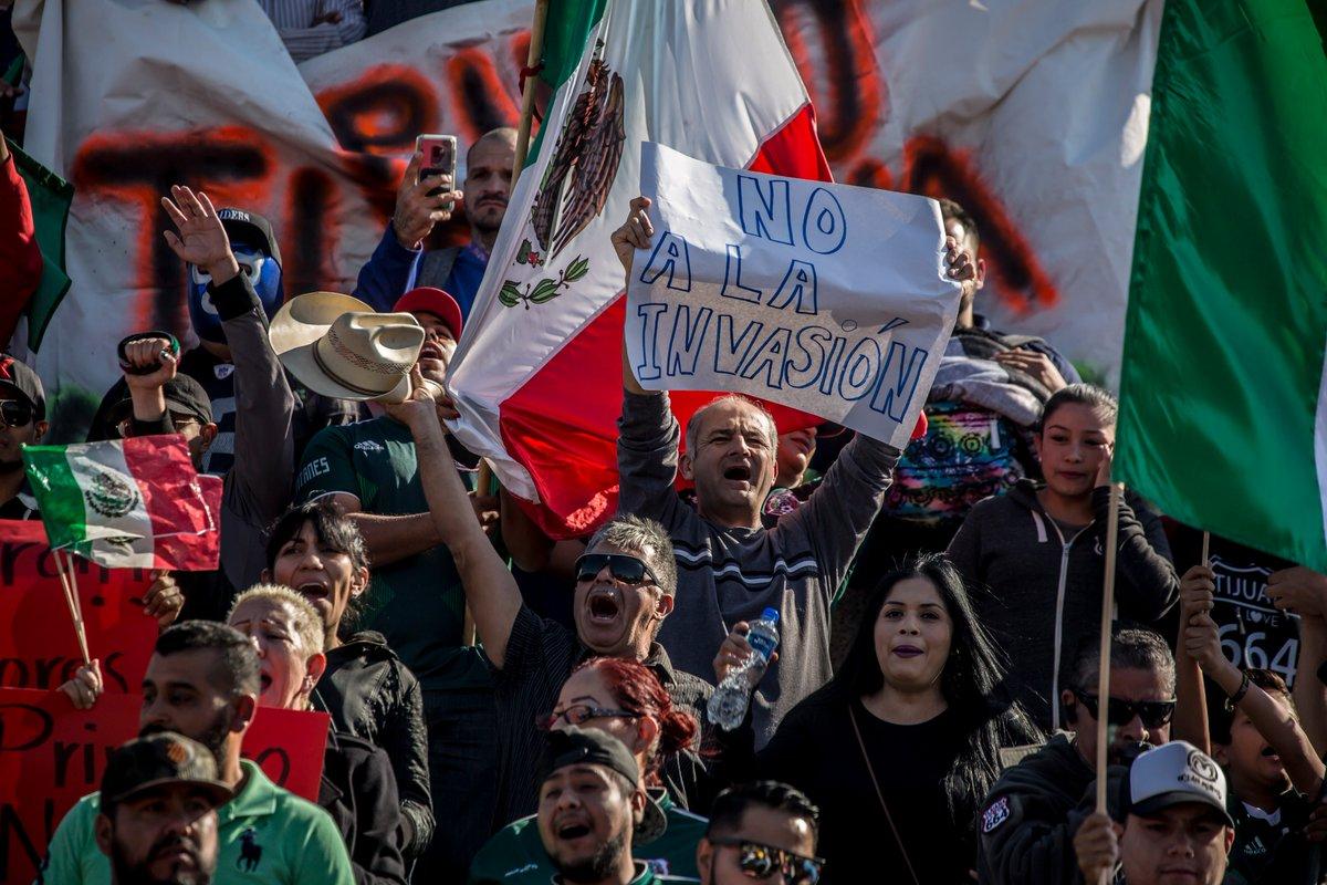 Al Grito De «¡fuera, No Los Queremos En Tijuana», Los Mexicanos Protestan Contra La Caravana De Inmigrantes